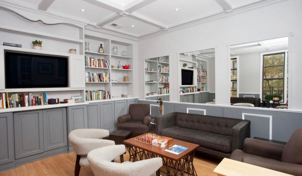 The clean and cozy common area of the Parthenon Hostel in Chicago, USA