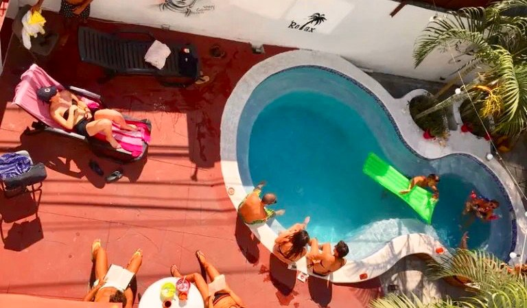 The outdoor swimming pool and hang out area at Hostal Casa Areka in Panama City